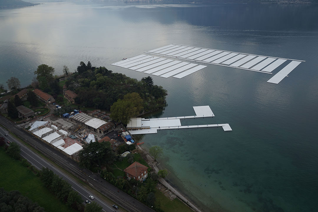 Aerial view of the project's building yard on the Montecolino peninsula (left) and the parking area for the thirty 100 by 16 meter sections on Lake Iseo (right), April 2016.Photo by Wolfgang Volz.